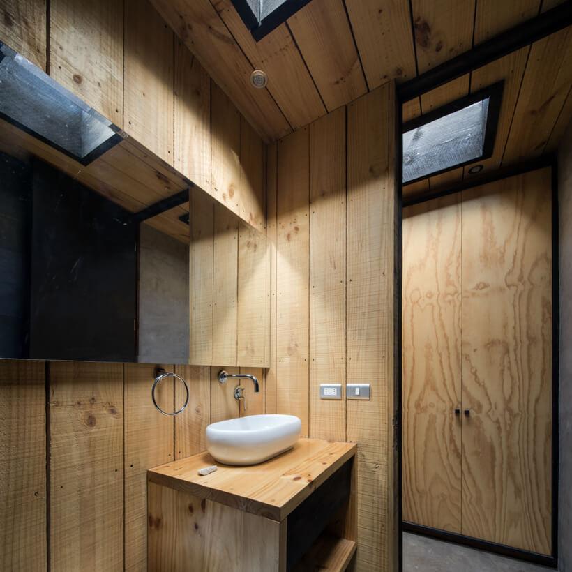 banheiro todo em madeira de casa no chile