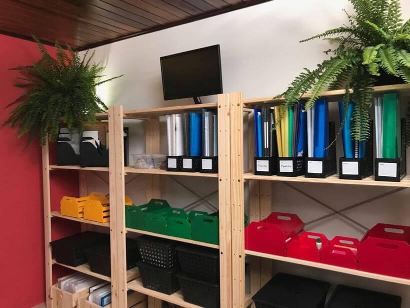 estante legno em escritório compartilhado no santa ajuda
