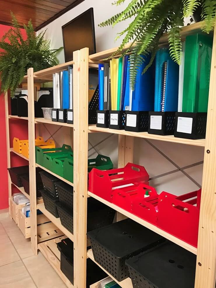 estante organizadora em escritório compartilhado