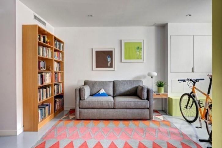 A sala do subsolo se transforma em quarto de hóspedes quando o sofá-cama é aberto.