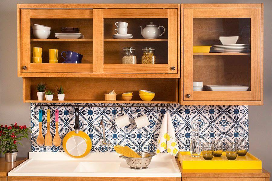 Cozinha com armários aéreos nas paredes