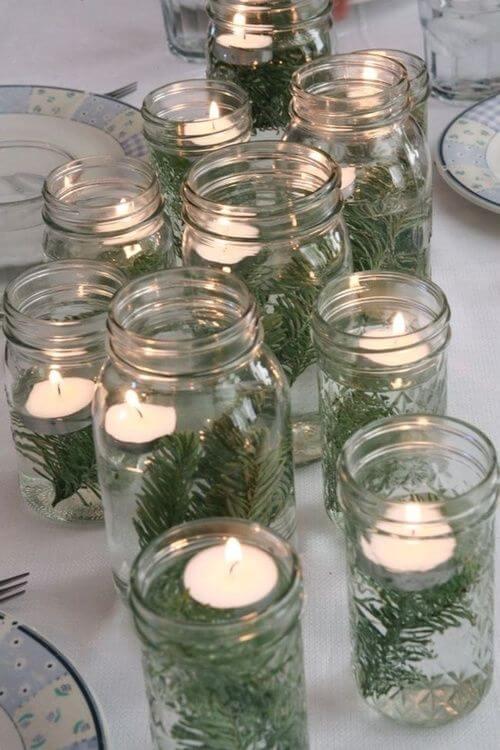 potes de conserva como porta-velas na decoração da mesa de natal