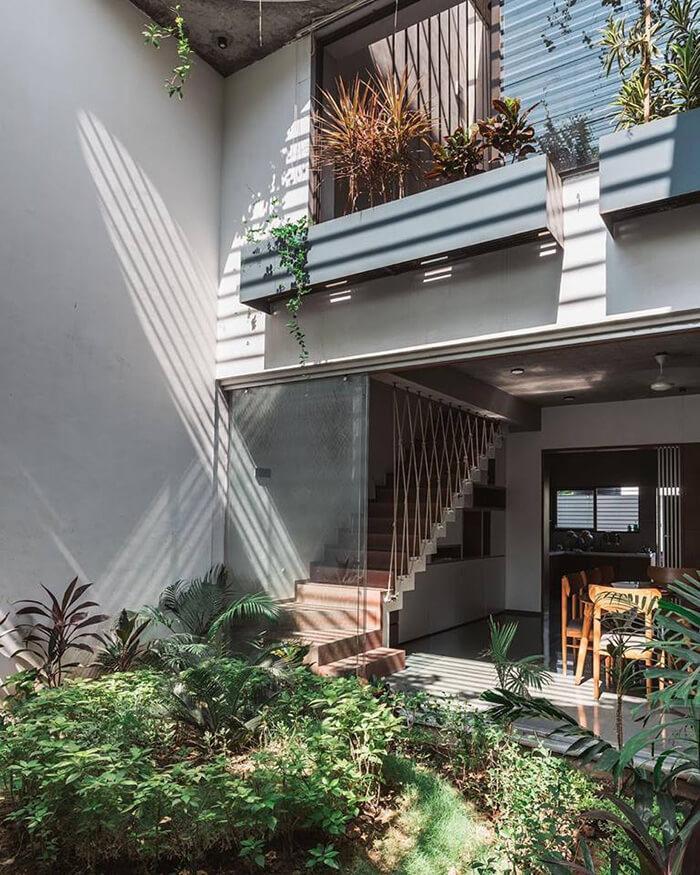 Vista da casa através do jardim