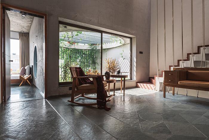 Sala de estar com vista para a varanda
