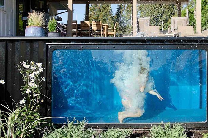 De fora vê-se o interior da piscina container graças ao visor transparente