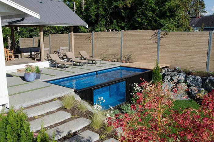Área externa de casa com piscina container e jardim