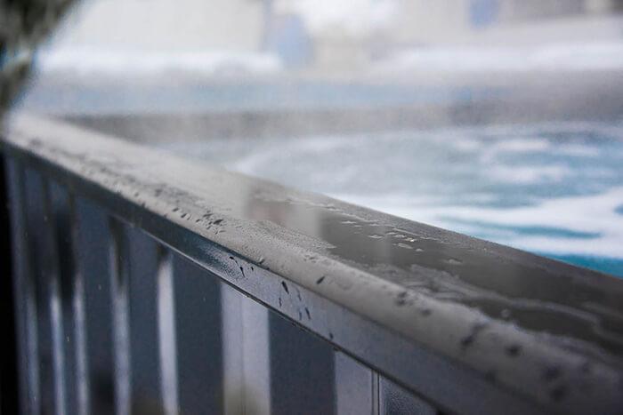 Detalhe da área de spa da piscina container, com aquecimento e jatos de hidromassagem ligados