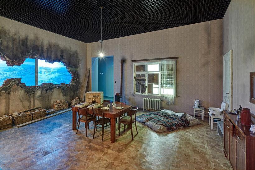 uma das salas do museu da guerra na polonia, simulando uma casa destruida na guerra