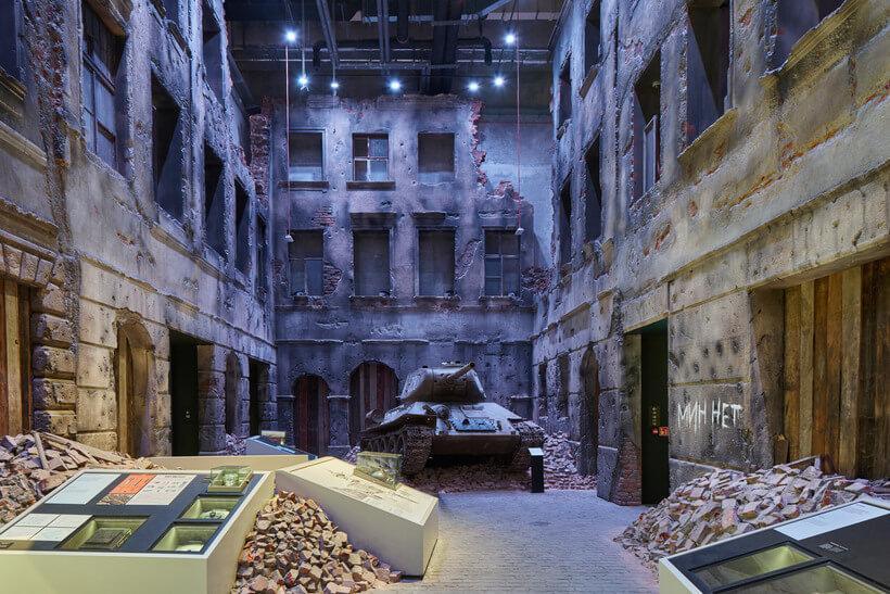 vista de dentro do museu da guerra da polonia, simulando uma cidade destruida