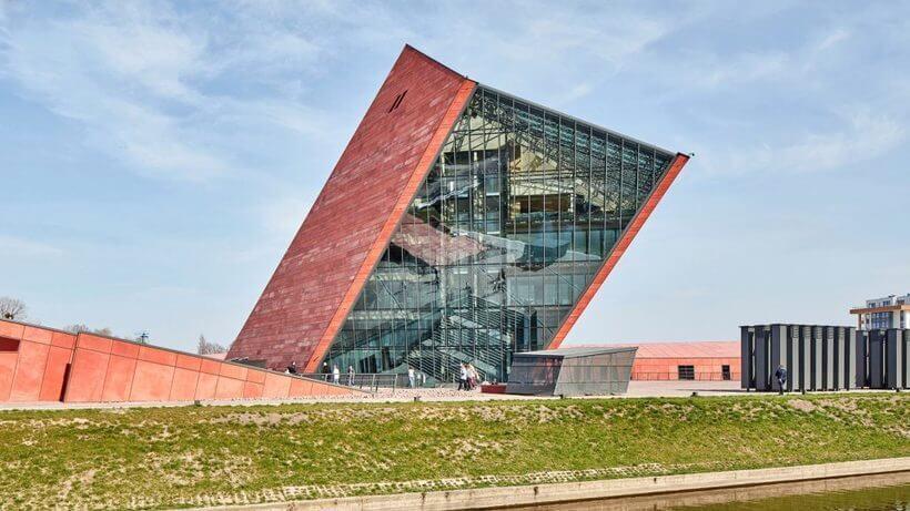 torre elevada do museu da guerra na polonia