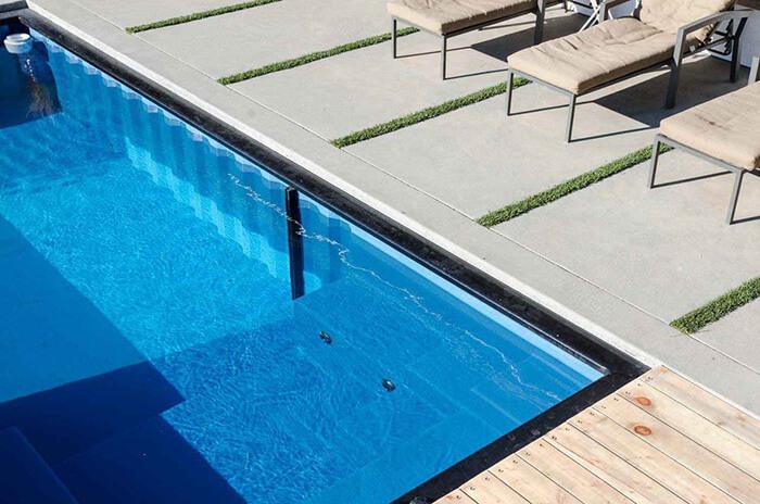 Detalhe de piscina container encaixada no deck