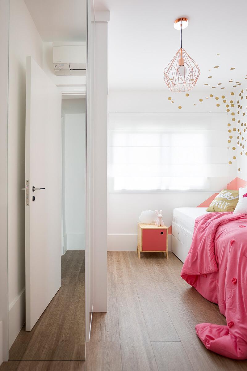 vista do modulo espelhado no quarto de menina