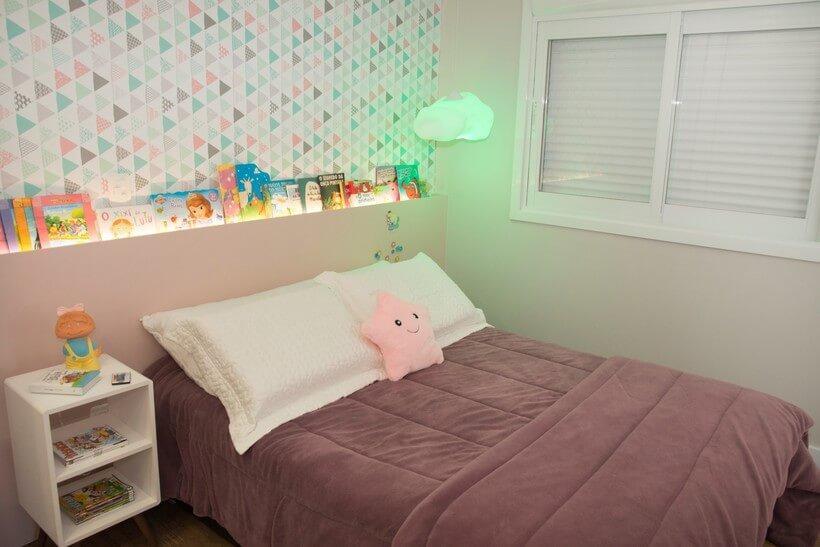 quarto de menina em forma de suite com cabeceira em mdf rosa embutida