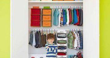 criança na frente do guarda-roupa