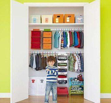 Missão do dia: organizar o guarda-roupa das crianças