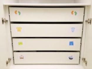 gavetas de quarto infantil organizadas e etiquetadas para organização