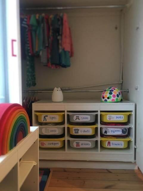 caixas organizadoras identificadas com imagens e palavras para crianças