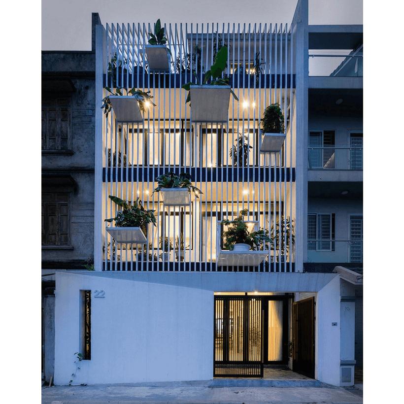 fachada de casa no vietnã construida para ter luz natural e com muito verde