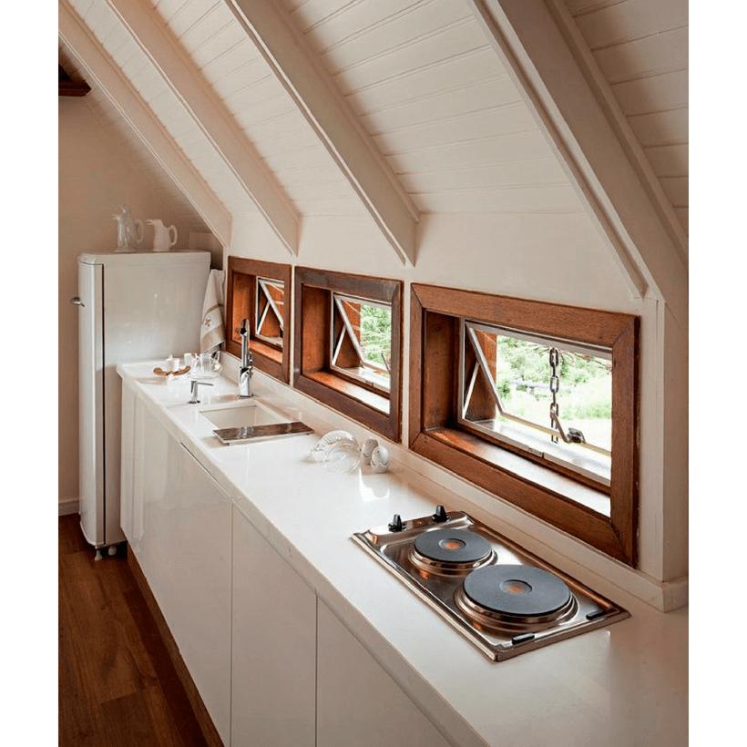 janelas pequenas e bancada da pia e fogao na cozinha em chalé em campos do jordao inspirado da arquitetura europeia