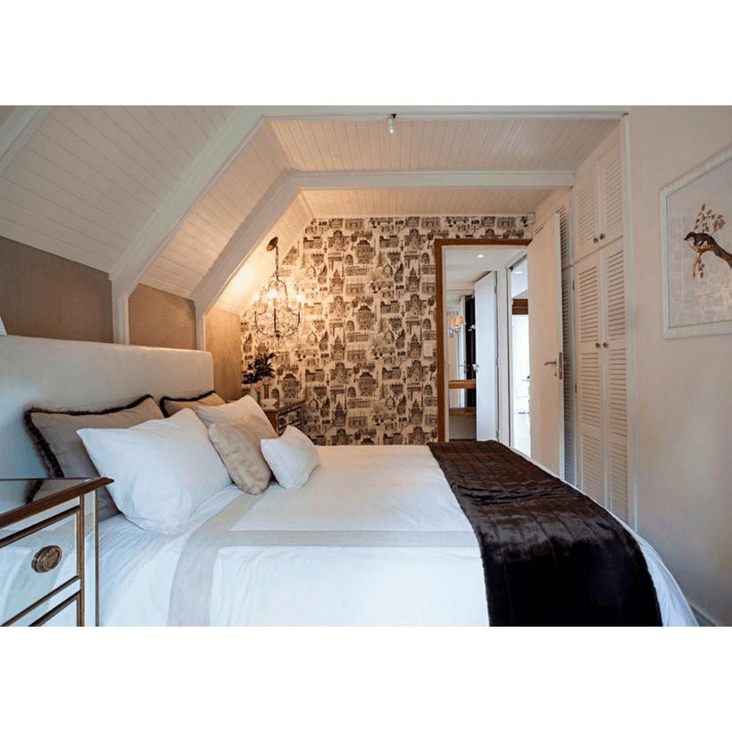 quarto de casal com papel de parede em chalé em campos do jordao inspirado da arquitetura europeia