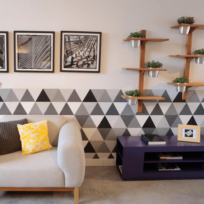 sala de estar com prateleira e floreira na parede