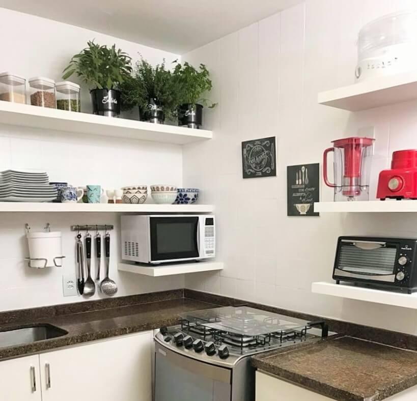 prateleiras na cozinha substituem armários aereos