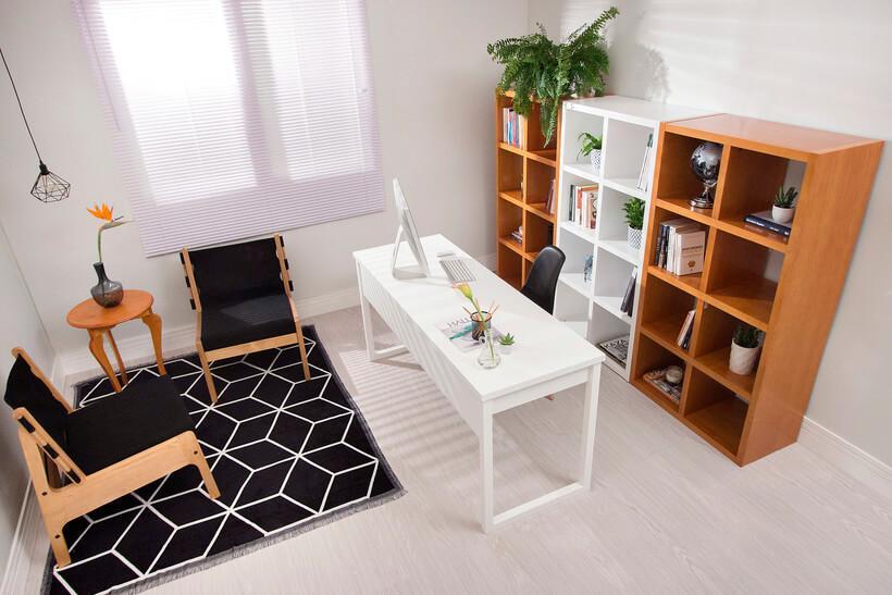 escritorio grande com estantes de nichos