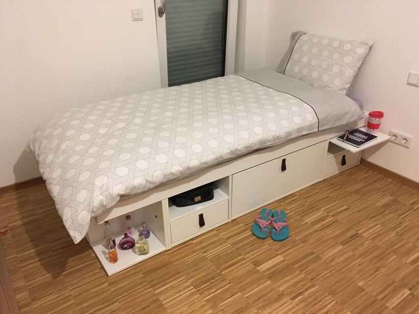 cama de solteiro com gavetas e nichos montada