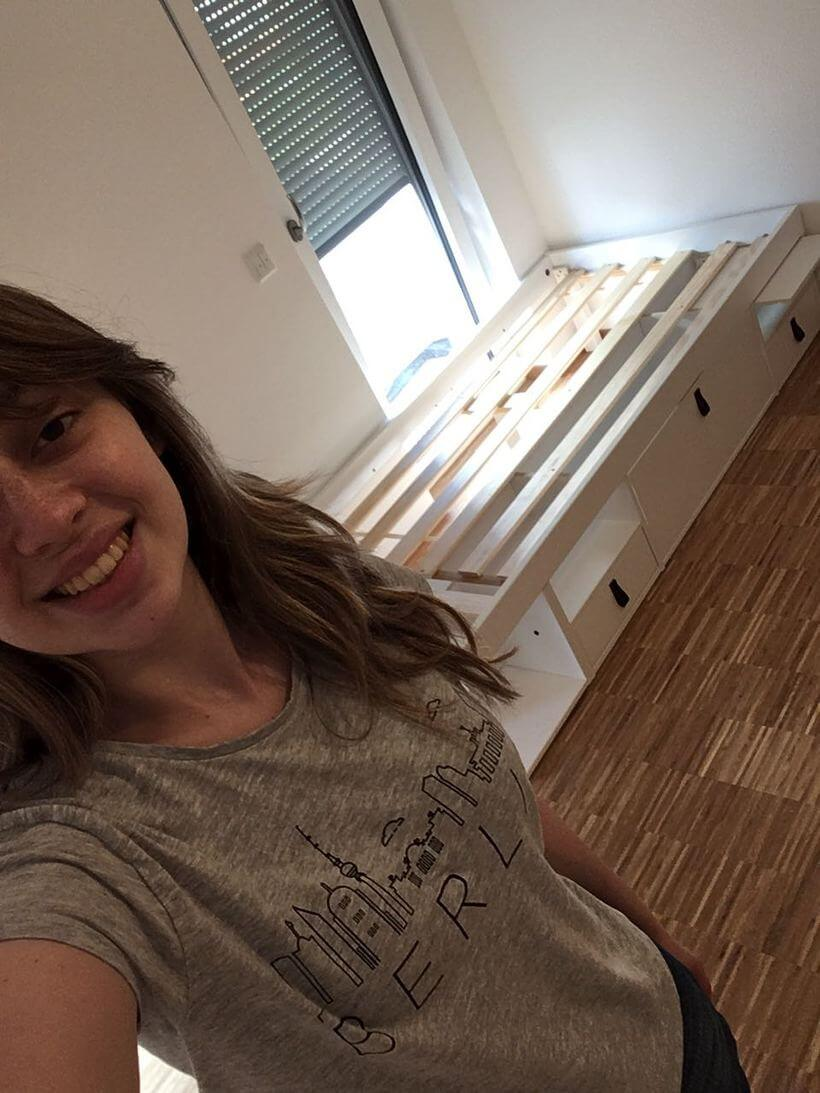 menina montando movel de madeira sozinha