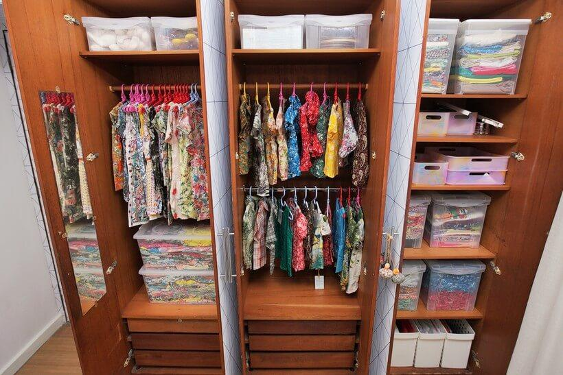 guarda-roupa organizado com portas abertas