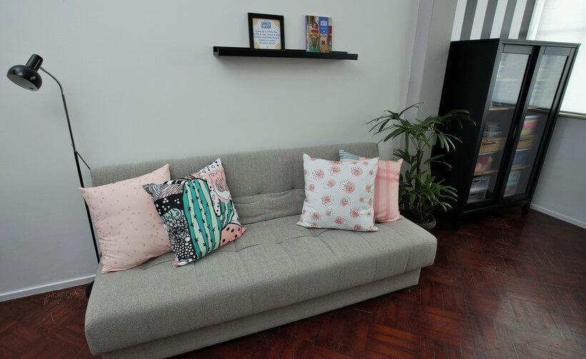 sofá-cama em sala de estar para visitas no programa santa ajuda no gnt