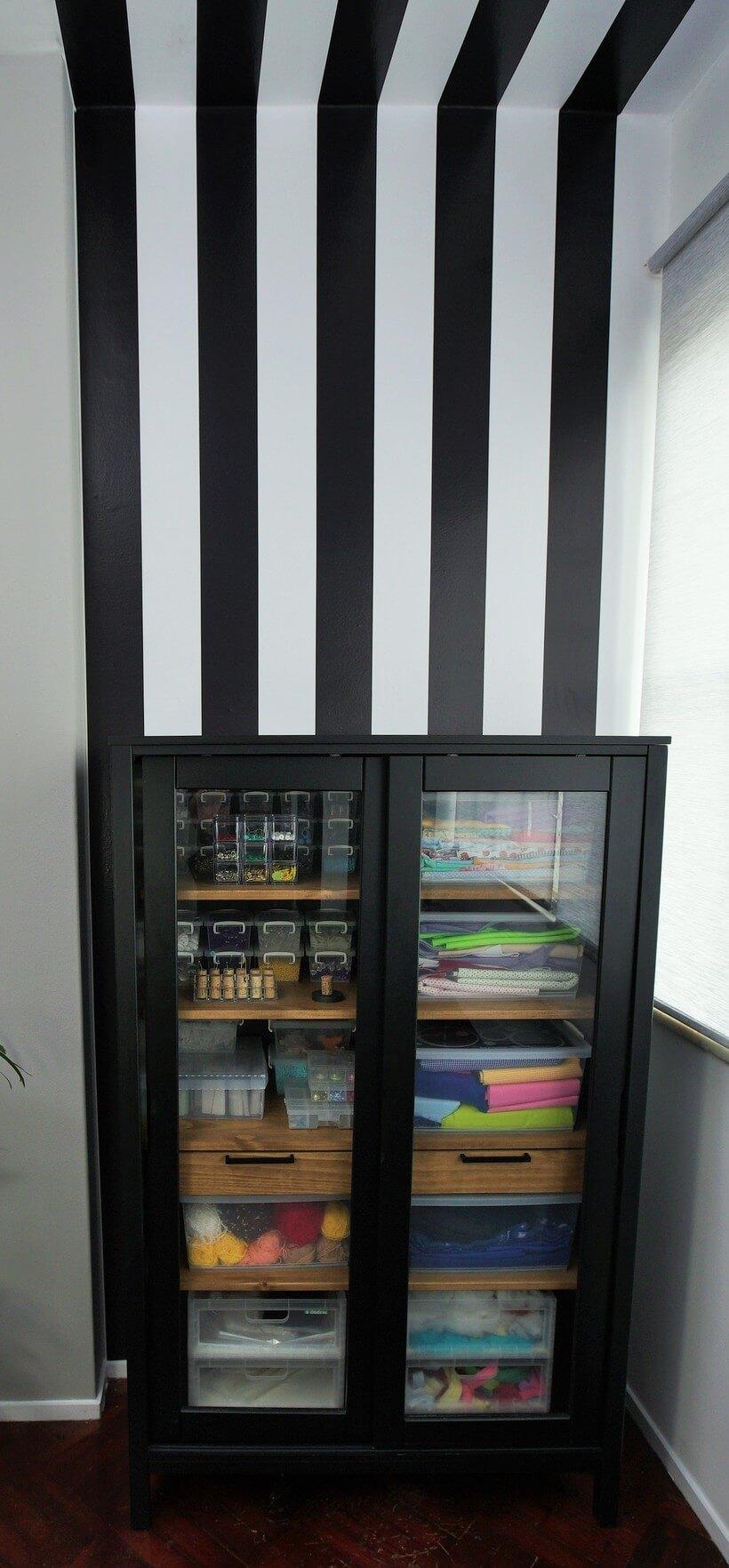 cristaleira como armario para organizar atelier de costura
