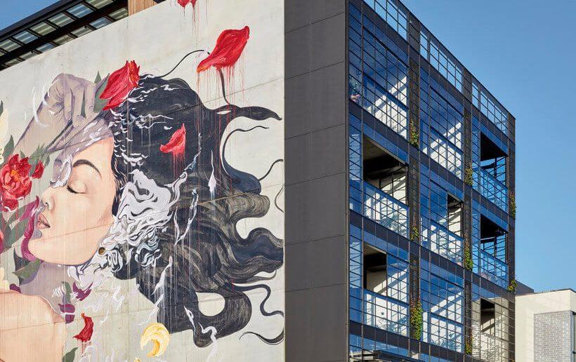 fachada de prédio com grafiti