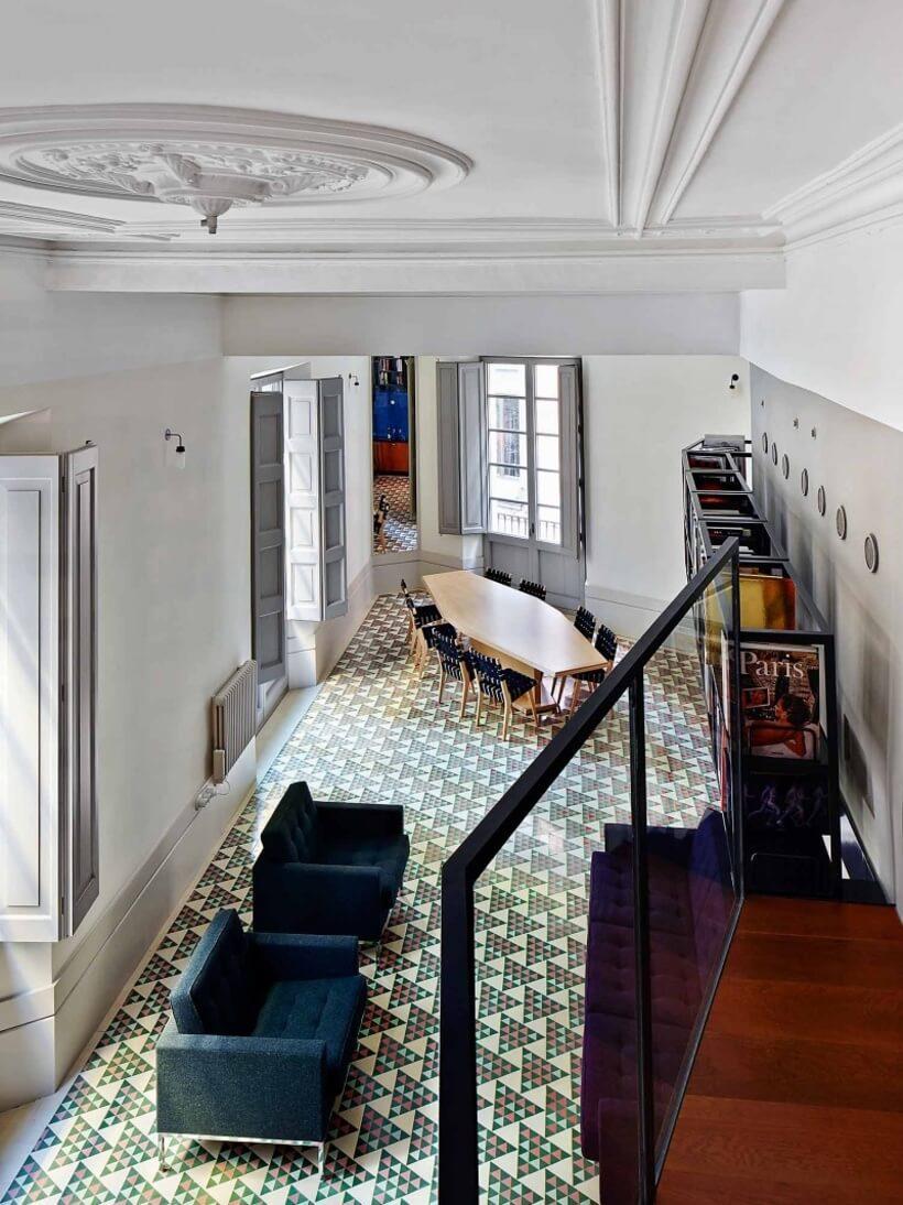 Piso verde de revestimento em azulejo em sala de estar e jantar de mansao com pé direito alto