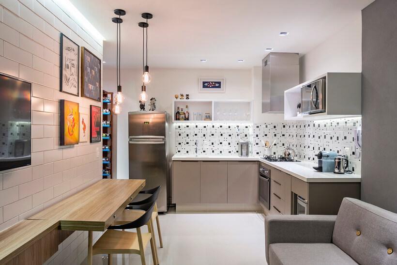 Cozinha com paredes revestidas de ladrilho preto e branco
