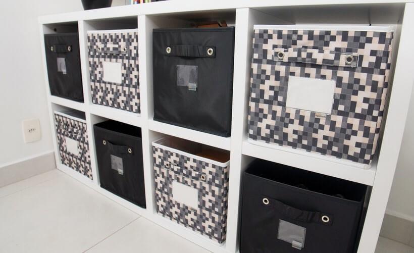 estante branca com nichos e caixas organizadoras coloridas dentro dos nichos