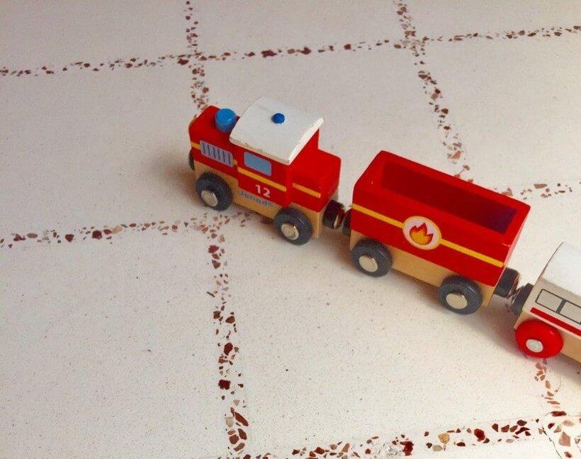 brinquedo de criança, trenzinho, em chao com ladrilho hidraulico de revestimento estampado