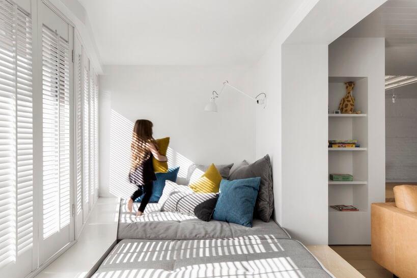escritório minimalista branco com espaço infantil para os filhos brincar.jpg