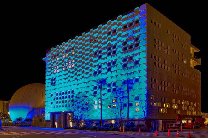 foto noturna da fachada iluminada do museu em miami inspirado em decoracao minimalista