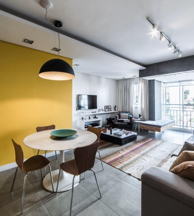vista para a sala de tv a partir da sala de jantar, com parede amarela do Apto Sumaré - Pietro Terlizzi (12)