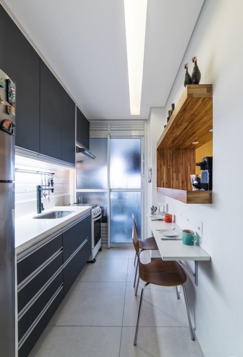 vista lateral da cozinha estreita e a bancada para refeicoes do Apto Sumaré - Pietro Terlizzi (18)