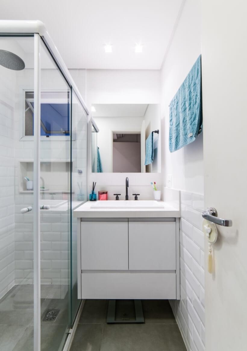 banheiro pequeno todo branco do Apto Sumaré - Pietro Terlizzi (22)