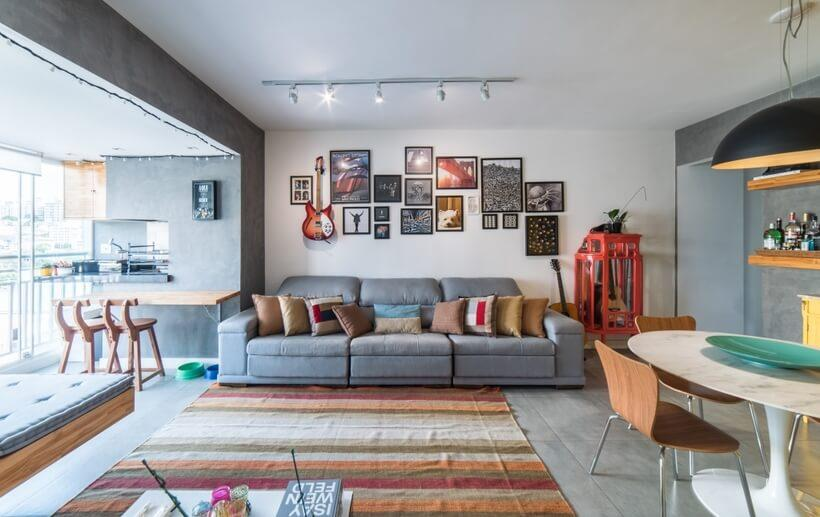Amplo sofá cinza colocado rente a parede na sala de estar e tv do Apto Sumaré - Pietro Terlizzi (8)
