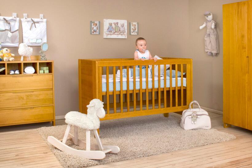 quarto de bebê com um bebezinho no berço