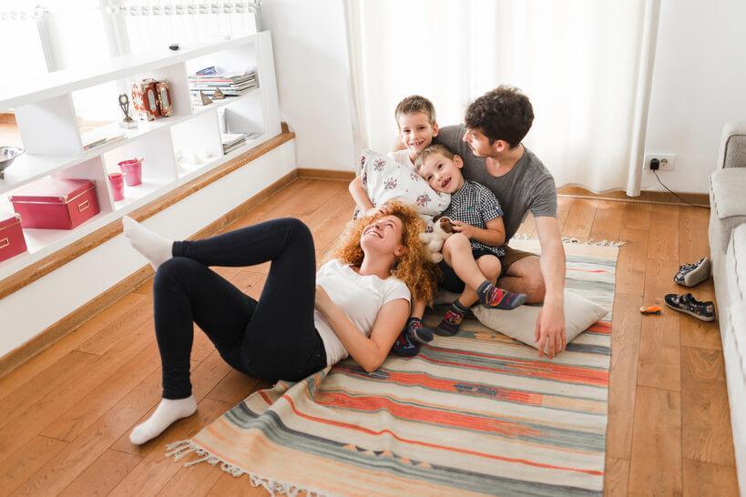 família reunida no chão de casa