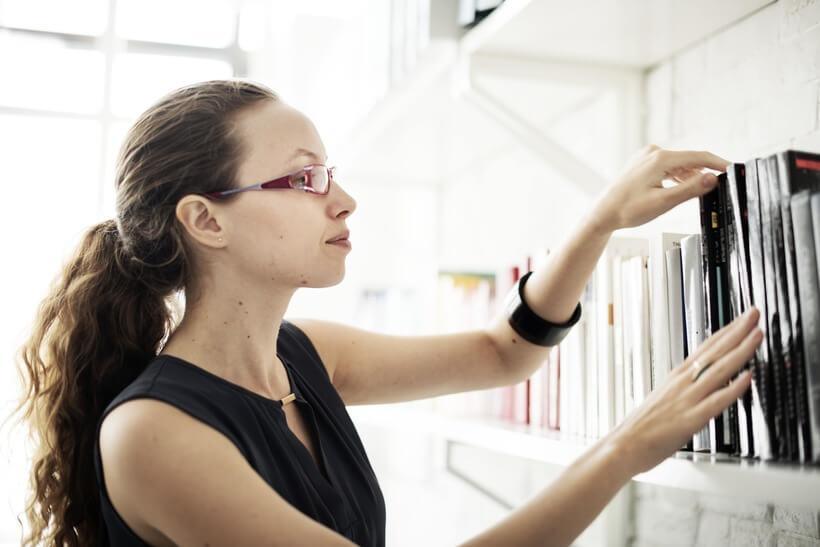 mulher organizando arquivos