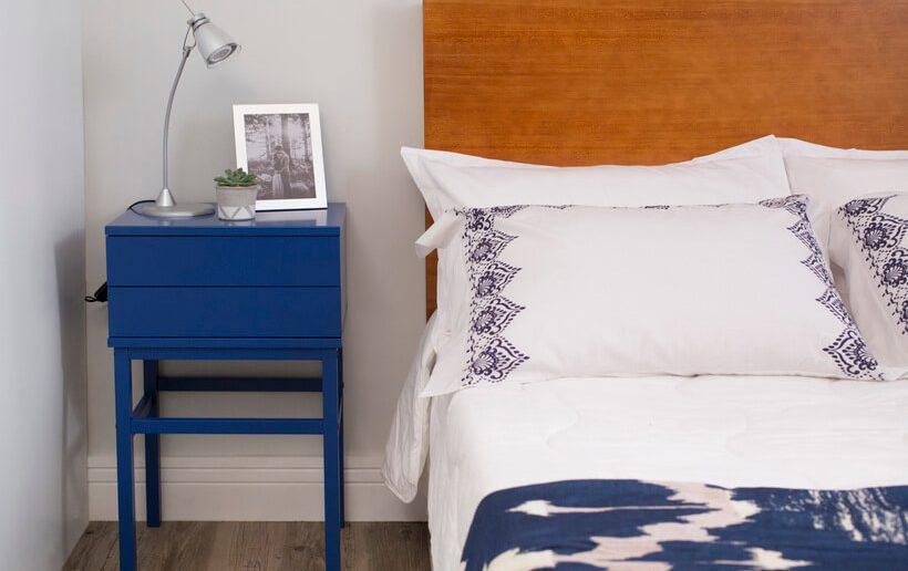 Criado-mudo azul em quarto de casal