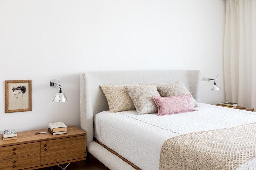 Rack ao lado da cama para ser usado como criado-mudo