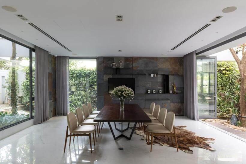 Sala de Jantar com parede de ardósia e de vidro pra circulação do ar