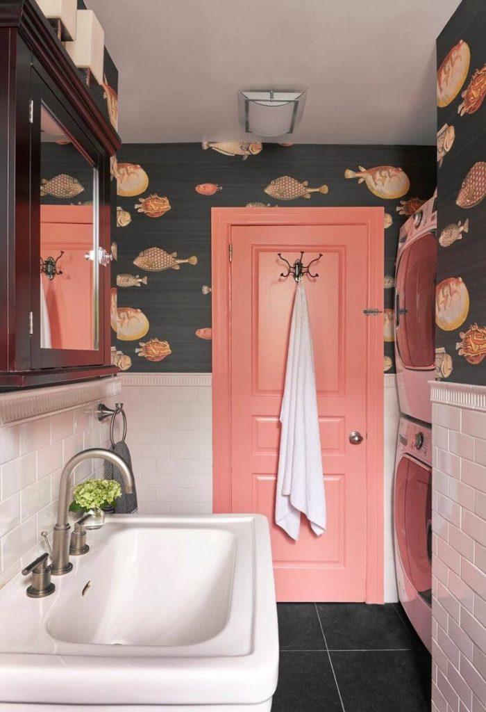 banheiro com porta de madeira na cor living coral (1)